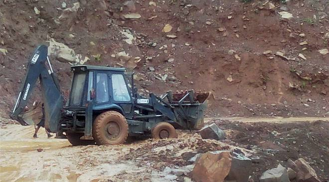 Heavy rain triggered landslides leading to the blockade of the Jammu-Srinagar national highway at Gangroo in Udhampur on Sunday. PTI