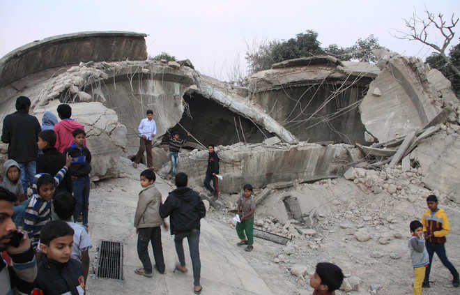 Water Tank Destruction : Water tank collapses on top of sanjh kendra in dada colony