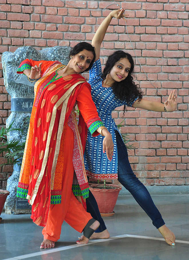 Dancing daughters :    Vyjayanthi Kashi and Prateeksha Kashi, Mother daughter duo