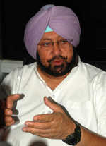 Shoes hurled at Captain Amarinder Singh in California