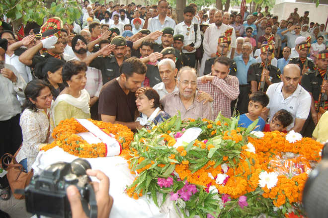 Thousands attend martyr's cremation