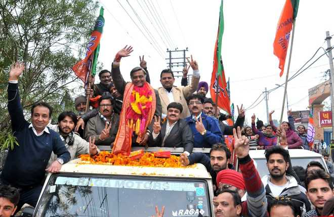 Rousing reception for Kalia, Bhagat on getting ticket