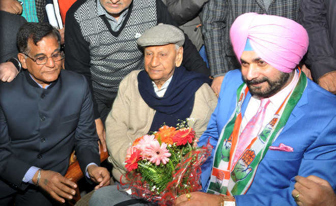 Sidhu meets '04 rival before nomination