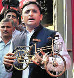 Akhilesh wins Yadav 'bicycle'