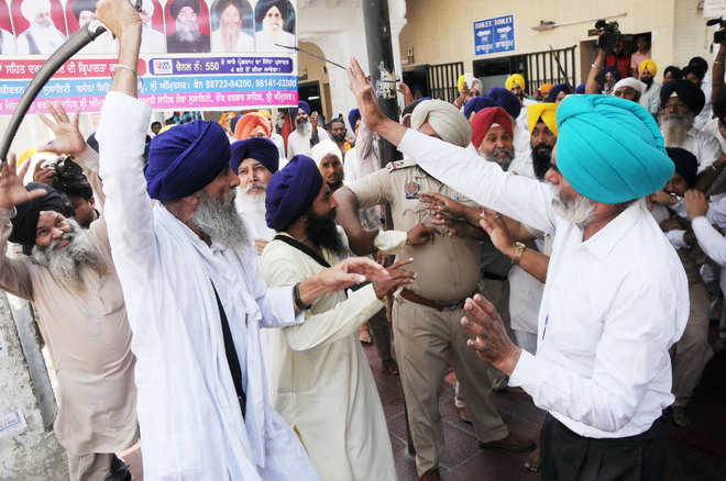 Sword-wielding groups clash at Golden Temple, several hurt