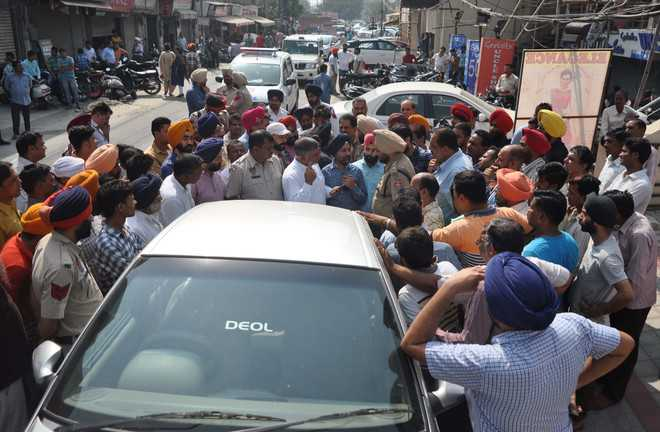 Traders protest against towing away of vehicles