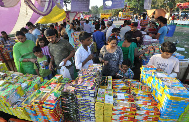 Mixed response to restrictions on bursting of crackers
