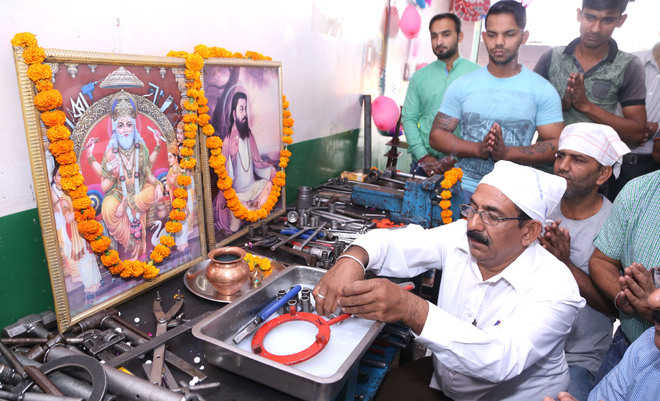 Workers pay tributes to Lord Vishwakarma in city