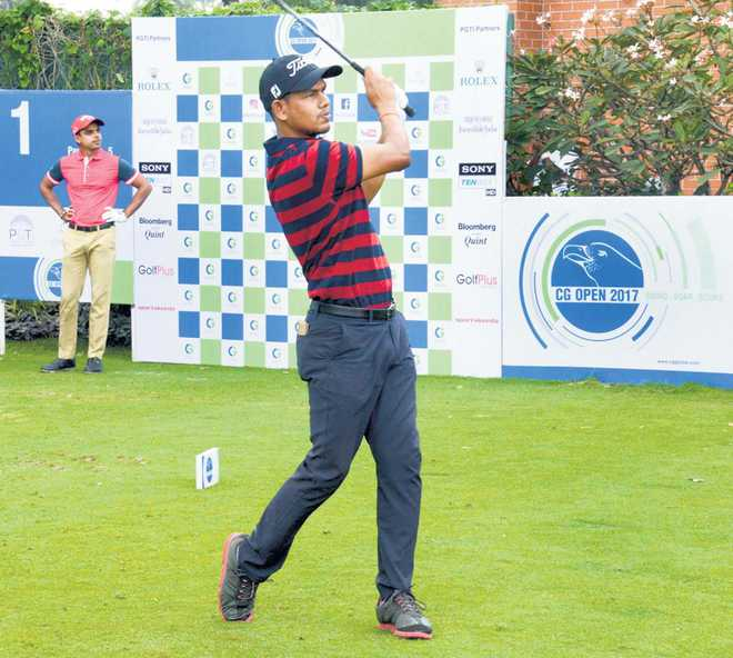 Akshay takes lead on Day 2 in Mumbai