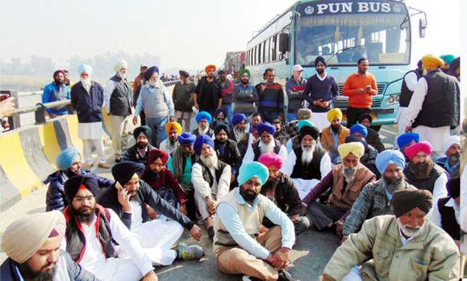 SAD leaders block national highway
