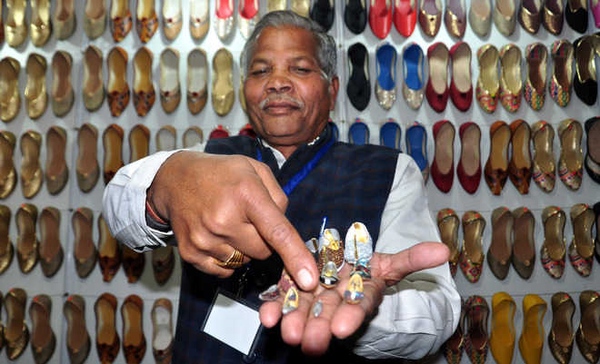 Miniature juttis catch residents' fancy
