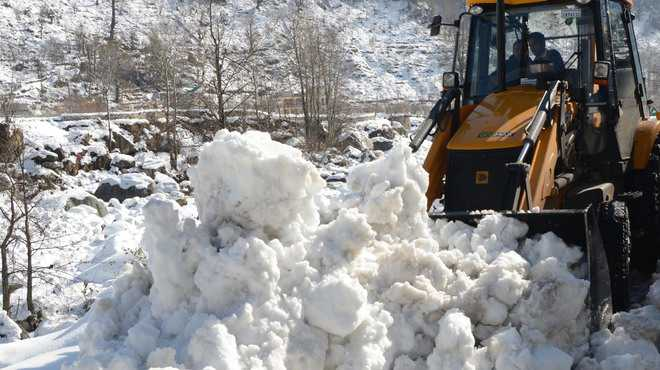 BRO starts clearing snow to open links to Lahaul
