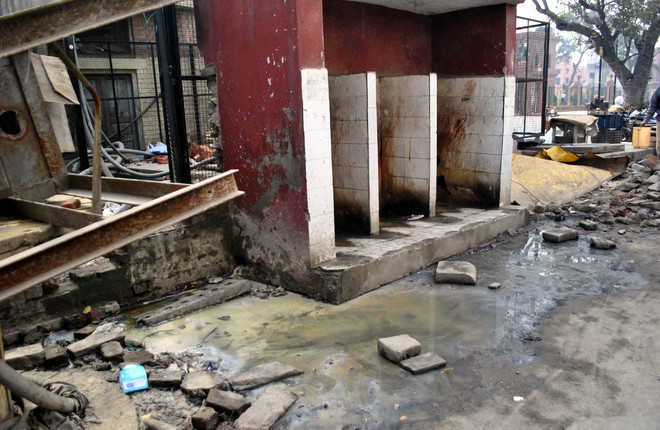 Ruptured sewage pipe near mosque irks visitors