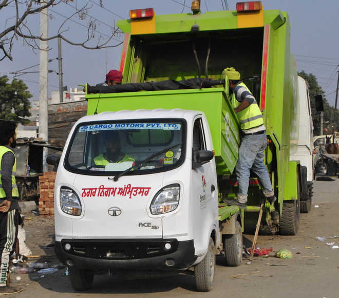 No number plates on mini trucks carrying garbage in city
