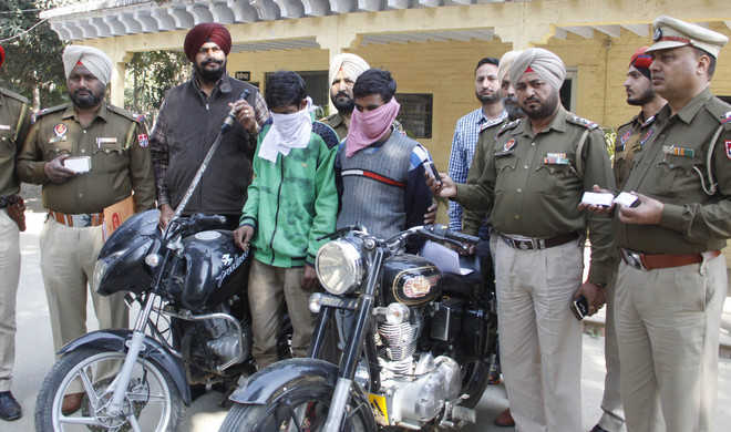 2 snatchers arrested; fake currency racket busted