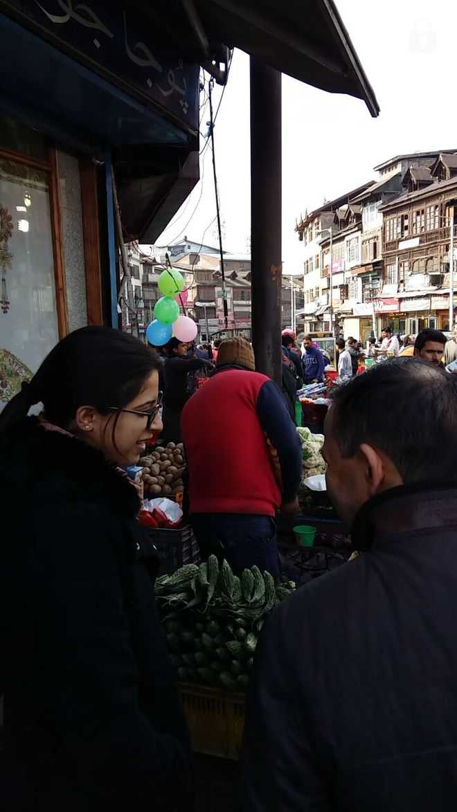 Tehsildar inspects markets in Srinagar