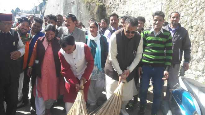 Dhan Singh wields broom on The Mall