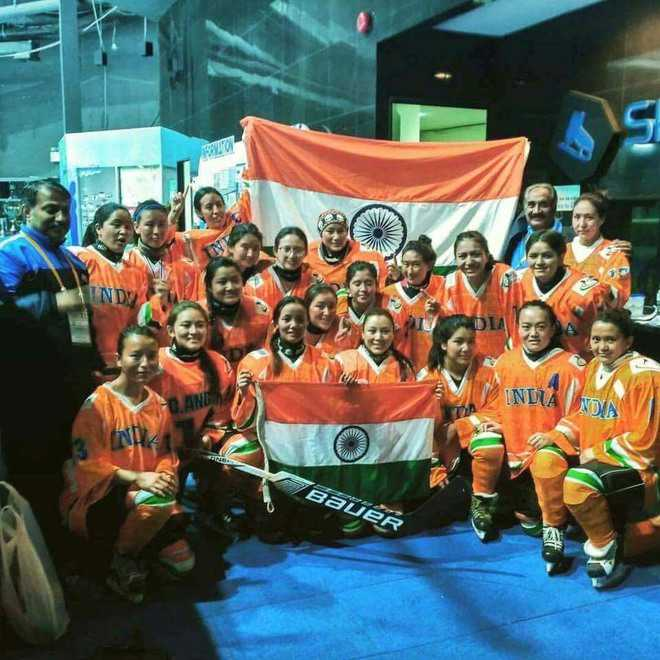 Women ice hockey team return to warm welcome