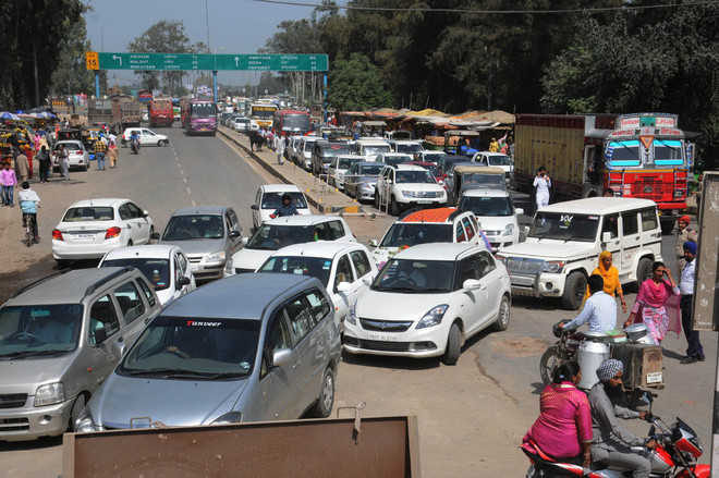 Traffic halts as traders' protest swells on road