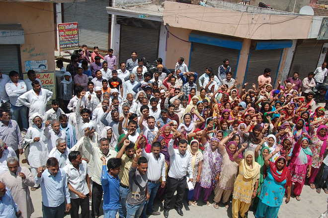 Residents protest against liquor shop, seek withdrawal of cases
