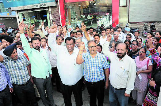 Bank employees protest RBI stance on privatisation