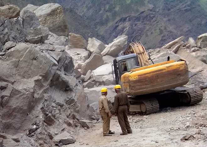 Landslide on Badrinath NH, thousands stranded