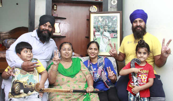 Homes of nation's hockey stars savour Chak De moment