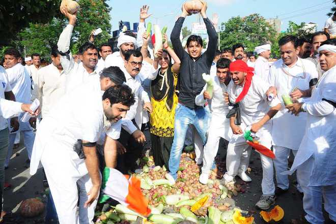 Congress workers dump vegetables on road as Tanwar ends ...