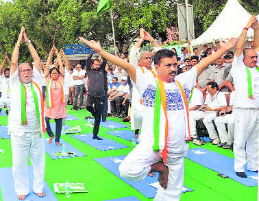 Delhiites perform yoga with Naidu, Baijal, Kejriwal