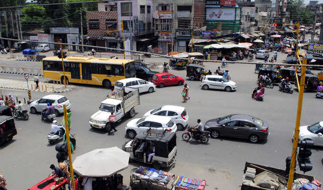 Faulty traffic signals inconvenience commuters at Putlighar Chowk