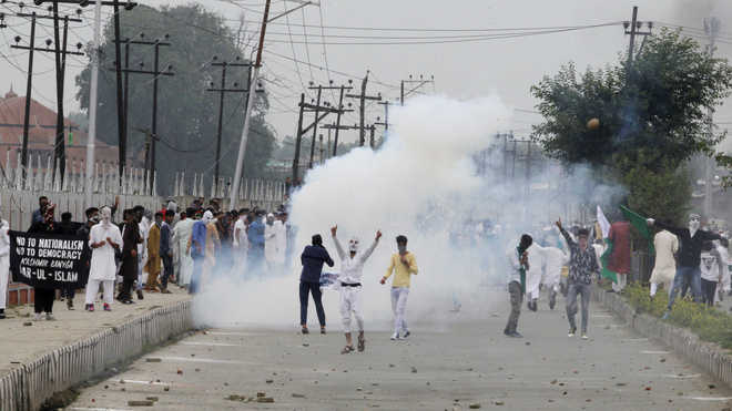 10 protesters injured as clashes break out in Kashmir after Eid prayers