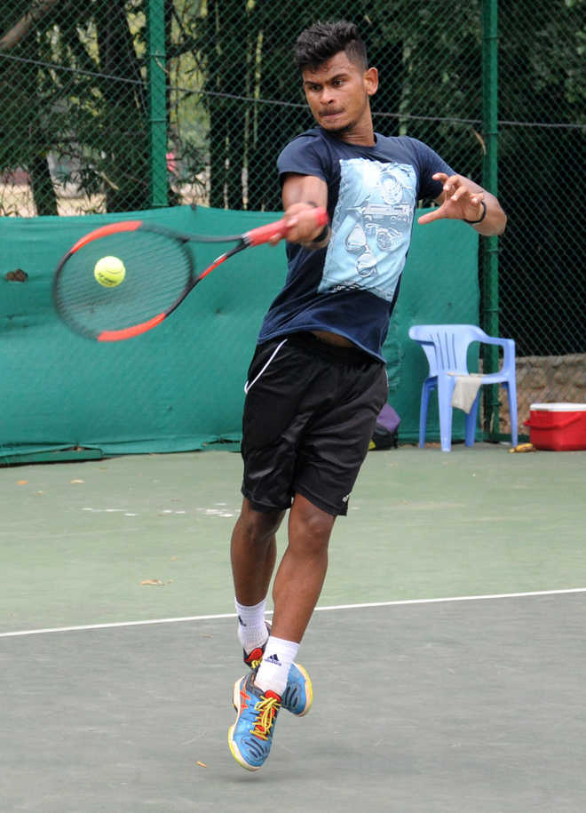 Top seed Hardeep sails into second round