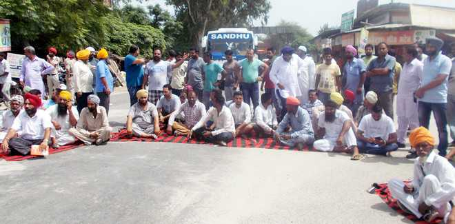 Villagers, shopkeepers protest blockage of drain