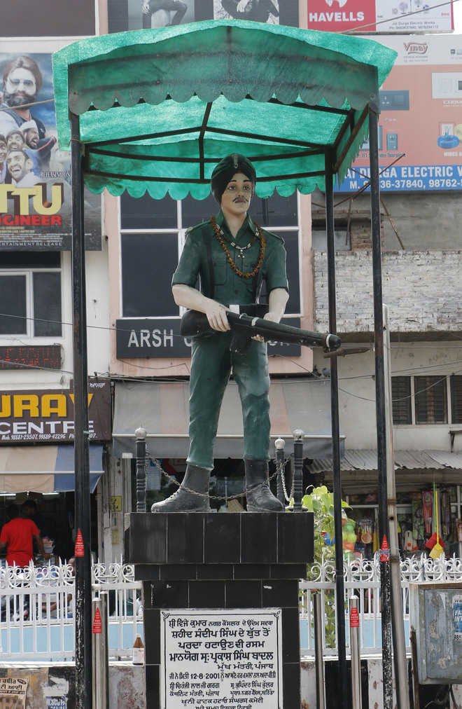 Statues of martyrs look desolate on eve of Independence Day
