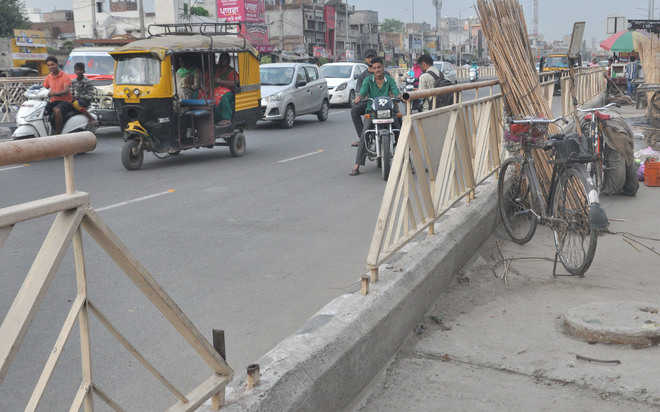 Iron grills along roads go missing in city