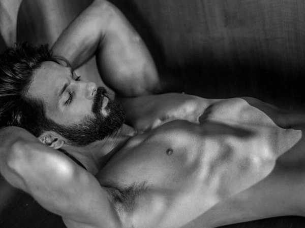 Shahid Kapoor sets Twitter on fire with shirtless photo