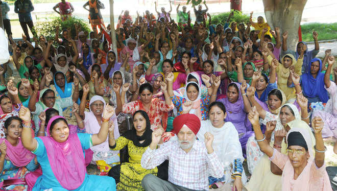 Mid-day meal workers hold protest, demand pay hike