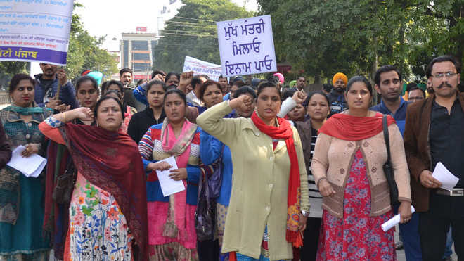 'Mukh Mantri Milao Inaam Pao' scheme by  protesters