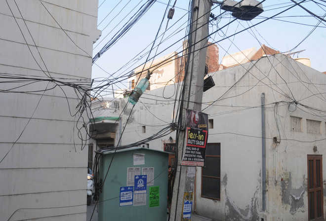 Dangling wires pose a threat to lives