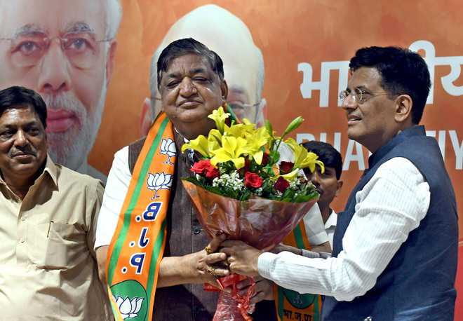 Agarwal joins BJP, creates furore with remark on Jaya