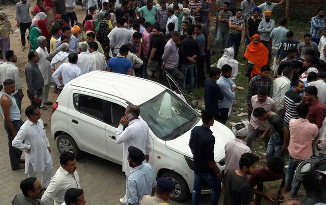 Kin, villagers hold up traffic
