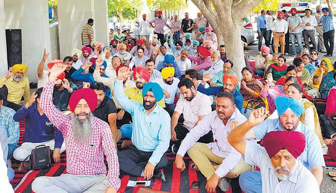 Teachers' body seeks pay hike, funds for government-run institutions
