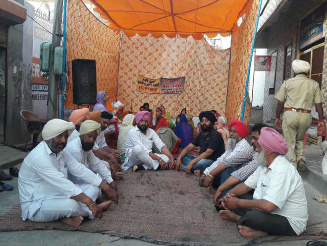 Residents start indefinite protest over razing wall