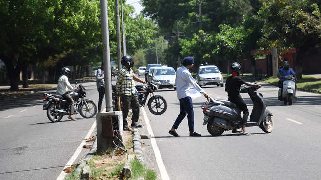 Police urge Engg Dept to instal iron grills on road dividers