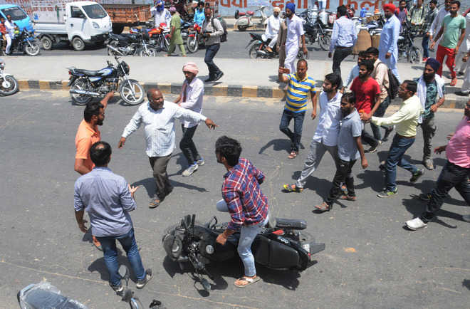 Students block road, commuters pay