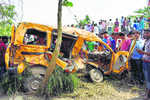 13 school kids die as train hits van