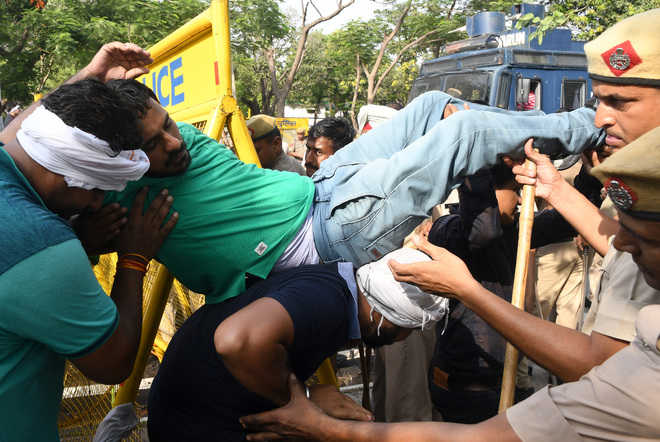 Cops use water cannons on protesting teachers, 7 hurt