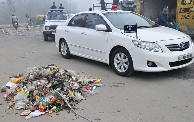 Sanitation workers greet Adviser with litter