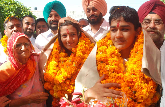 Aamir picks Phogat sisters' story for his next