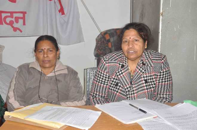 Mahila Manch blames government for poor condition of schools